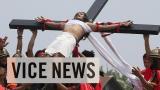 Indrukwekkende kruisiging ter nagedachtenis aan  Jezus op de Filipijnen