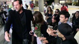 Selena Gomez belachelijk gemaakt door paparazzi op Internationale luchthaven van Los Angeles