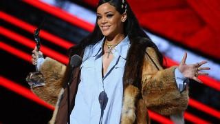 Rihanna neemt 'Black Girls Rock!' award in ontvangst in bijzijn van Hillary Clinton en Gladys Knight